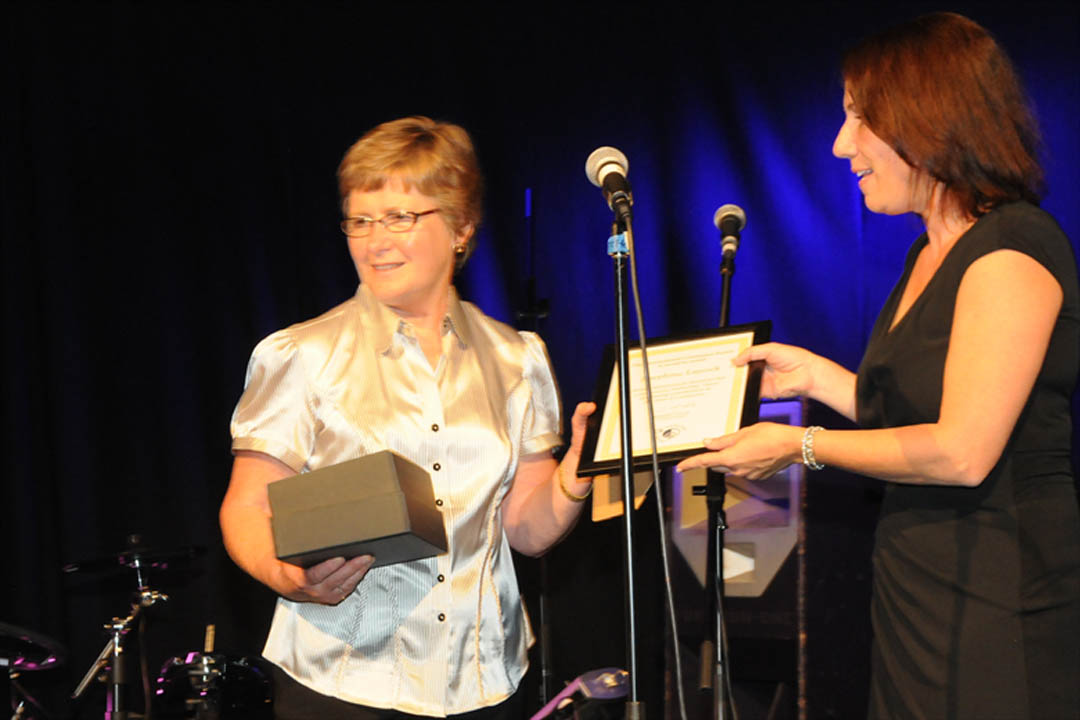 Jo receiving her award at the ICS 2011 Annual Conerence.